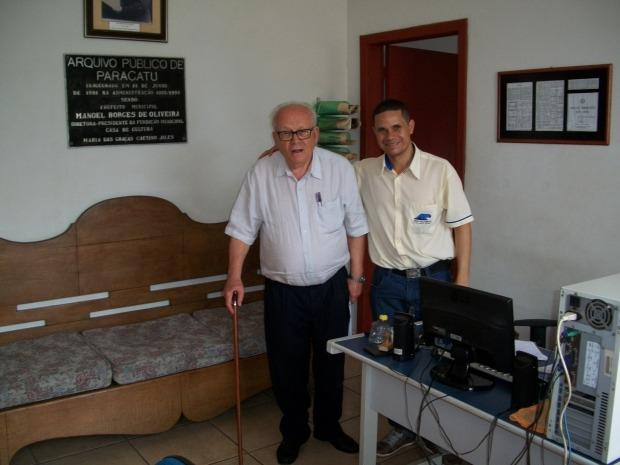 O escritor Oliveira Mello ao lado do arquivista Carlos Lima em visita ao Arquivo Público de Paracatu. Out. 2015. Foto: Acervo do Arquivo Público de Paracatu